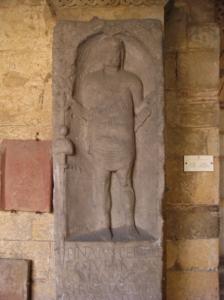 Lámina 2: Estela funeraria de Pintaius, originario de una aldea asturiana. Portaestandarte de la cohors IV Asturum, estacionada en el Rhin. Copia del original conservada en el Museo Römisch-Germanisches Museum de Bonn (Alemania). (Fondo personal del autor).